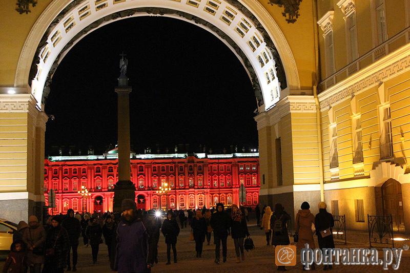 Зимний дворец вПетербурге «перекрасили» вкрасный цвет вчесть 100-летия революции