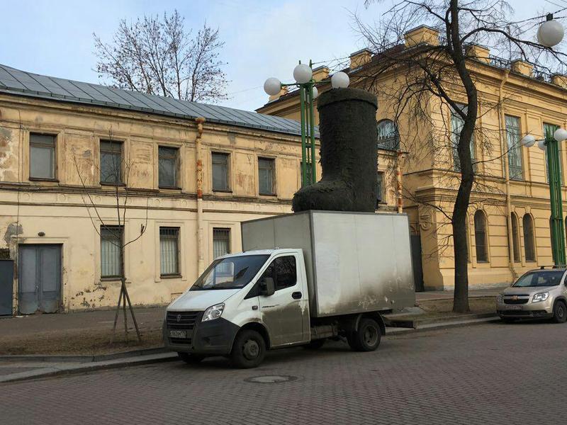 Вцентре Петербурга появился немалый валенок
